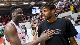 Die Basketballer Thabo Sefolosha (rechts) und Clint Capela sind in Houston vereint – hier unterhalten sie sich im Rahmen der EM-Qualifikation des Schweizer Nationalteams.