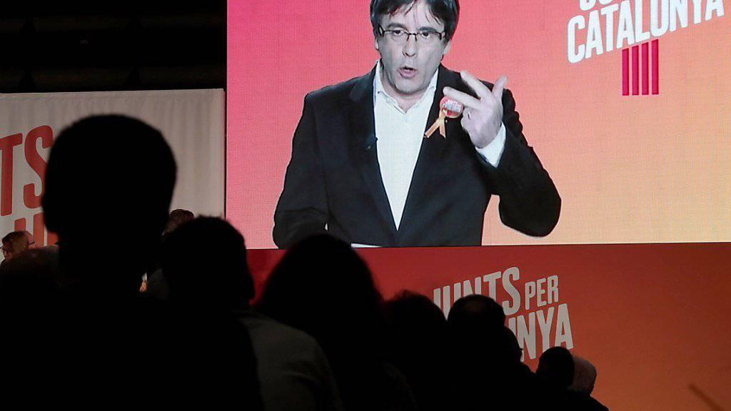Carles Puigdemont wendet sich in einer Videoschaltung aus Brüssel an seine Parteikollegen in Barcelona.