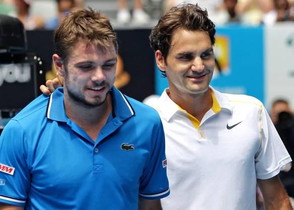 Beide lachen, aber nur einer hat gewonnen. Roger Federer räumt in Melbourne in der Runde der letzten 8 seinen Landsmann ohne Probleme aus dem Weg. Im Halbfinale schied Federer schliesslich gegen Djokovic in drei Sätzen aus. (Bild: Keystone)