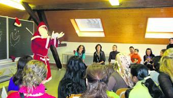 Saisongerecht: Der Samichlaus veranschaulicht den Frauen im Deutschkurs einen  schönen Brauch. lds