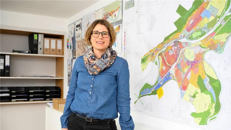 Früher eine Abstellkammer der Abteilung Planung und Bau, heute ihr Arbeitsplatz: Stadtplanerin Bigna Lüthy steht vor dem gemeinsamen Zonenplan von Brugg und Windisch. Alex Spichale