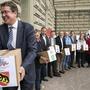 Die SVP reicht am 31. August 2018 die Unterschriften zur Volksinitiative für eine massvolle Zuwanderung ein - mit Präsident Albert Rösti an der Spitze.
