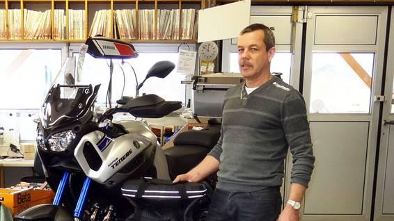 Im Winterhalbjahr sind viele Motorräder im Service und es werden Oldies restauriert: Heinz Brutschi in der Töffwerkstatt in Eiken.