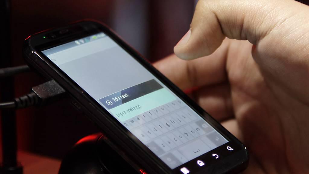 Motorola will im Januar ein Falt-Smartphone auf den Markt bringen. (Archivbild)