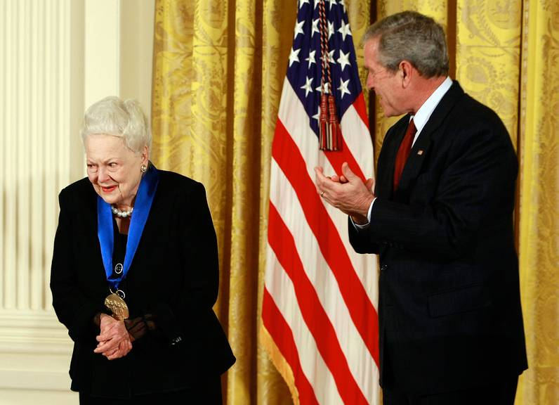 US-Präsident George W. Bush ehrte Olivia de Havilland 2008 mit der «National Medal of Arts».