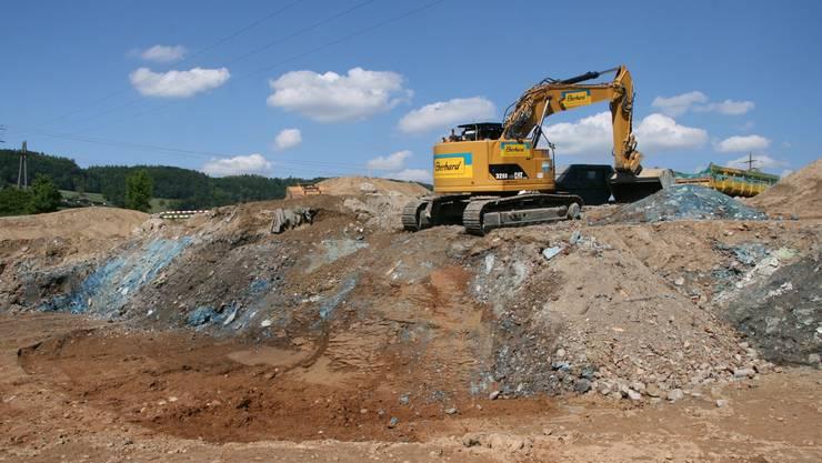 Von aussen her wird die Deponie Schiffmühle Süd ausgehoben, das Material auf die Verschmutzung und deren Grad gemessen, sortiert, allenfalls zugedeckt und dann abtransportiert. Roman Huber