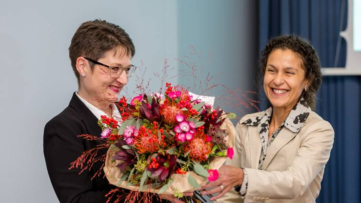 Franziska Roth erhält einen ersten Blumenstrauss