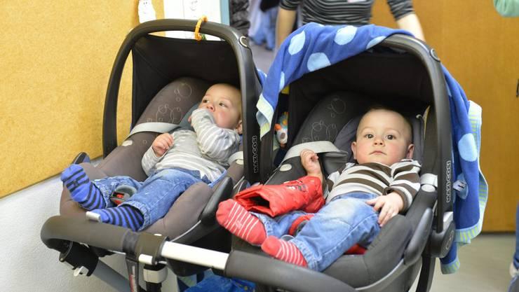 Zwillinge ruhen sich vom Einkaufsstress aus