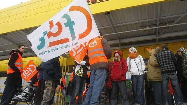Angestellte blockieren den Eingang von Ikea