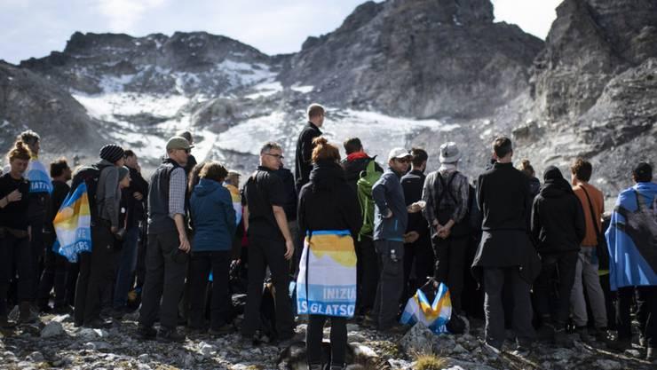 So gut wie nicht mehr da: Rund 100 Menschen haben am Sonntag des Pizol-Gletschers mit einem Trauermarsch gedacht.