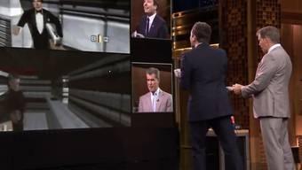 Oben links: Brosnan läuft Fallon direkt vor die Knarre (Screenshot)