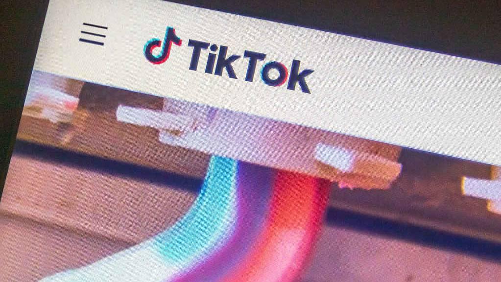 Blick auf einen Monitor auf dem die Videoplattform TikTok geöffnet ist. Aus Angst vor dem neuen Gesetz zum Schutz der nationalen Sicherheit in Hongkong zieht sich die populäre internationale Videoplattform TikTok aus der chinesischen Sonderverwaltungsregion zurück.
