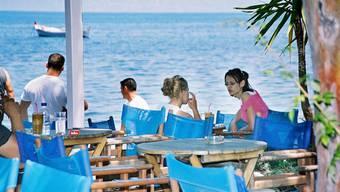 Die Deutschen bleiben aus, die Schweizer profitieren davon: Strandcafé in Patras, Griechenland