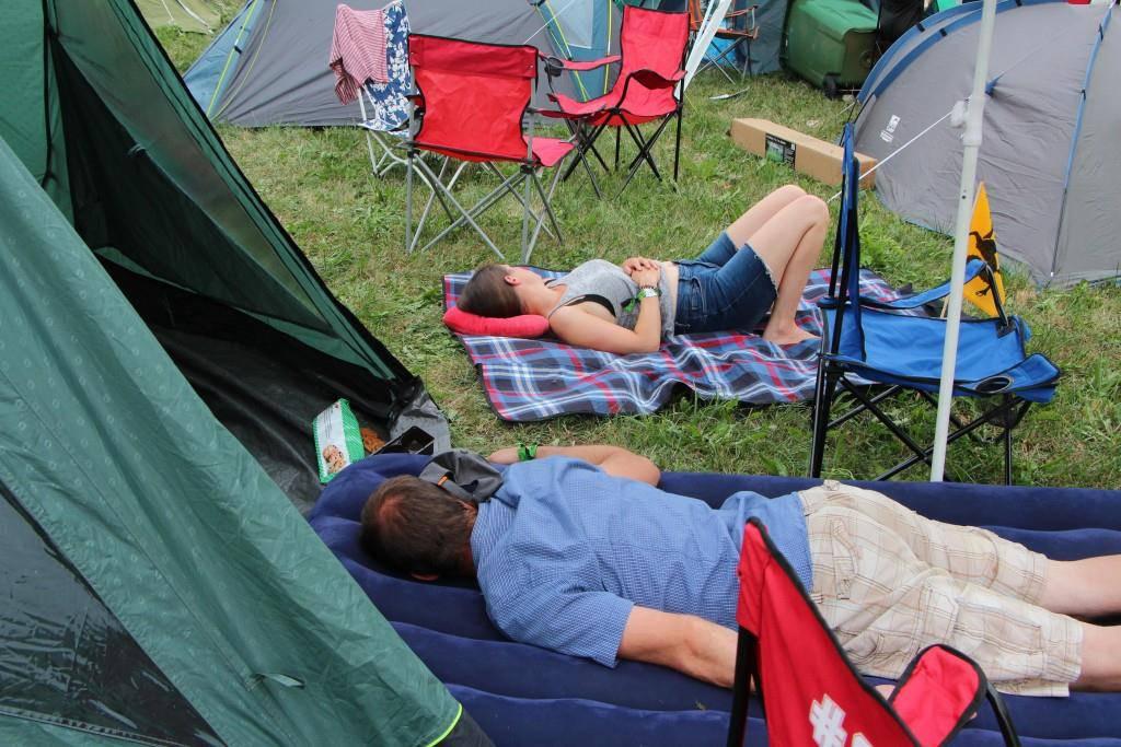 Müde sind dafür bereits die ersten Besucher und gönnen sich ein Nickerchen (© FM1Today/Fabienne Engbers)