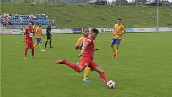 Edmir Asani (am Ball) und die Dietiker Abwehr hatten vor allem in der Schlussphase viel zu tun. Bild: msu