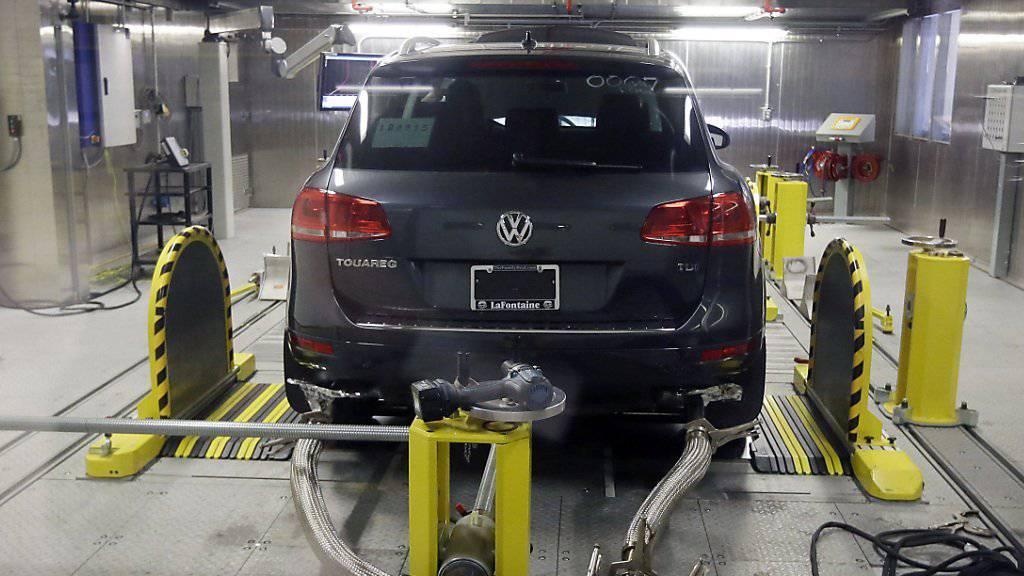 Ein Auto von VW wird auf den Schadstoffausstoss getestet: Vergehen in der Vergangenheit bringen dem Autohersteller nun auch eine Klage aus Missouri ein. (Symbolbild)
