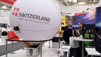 Die ETH Zürich stellt an der CeBIT ein Fluggerät vor, das einen heliumgefüllten Zeppelin mit einer Drohne kombiniert.