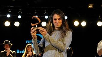 Glücklicher Gewinner: Bassist Stephan Brunner nimmt in der Kaserne den Pop-Preis 2016 für Klaus Johann Grobe entgegen. Martin Töngi