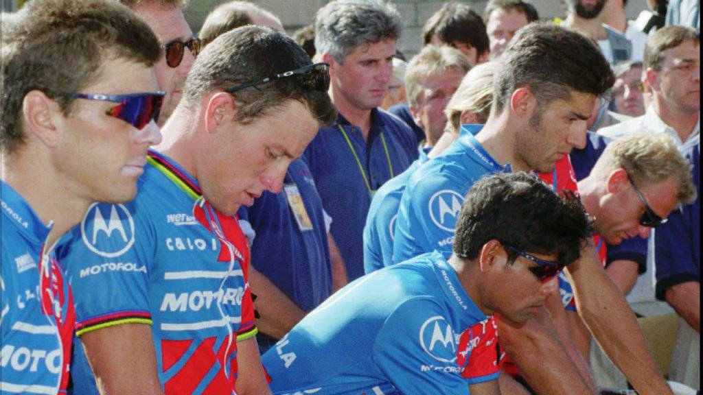 Fabio Casartellis Teamkollegen aus dem Motorola-Team um Lance Armstrong (zweiter von links) sind nach dem Unglück fassungslos.