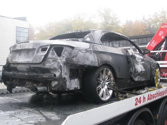Das ausgebrannte BMW wird abgeschleppt