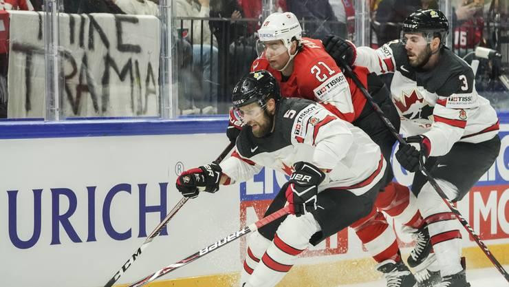Die Kandadier machen es den Schweizern selten leicht - hier duellieren sich Aaron Ekblad, Kevin Fiala und Joel Edmundson (v.l.n.r.).