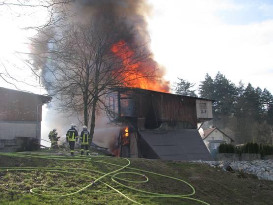 Die Feuerwehr rückt mit einem Grossaufgebot aus.