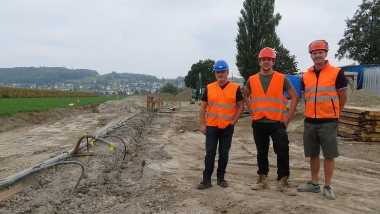 Thomas Meile (Projektleiter BVU), Max Schödler (Bauingenieur) und André Mathis (Bauführer, v.l.) bei der Wellpoint-Anlage.