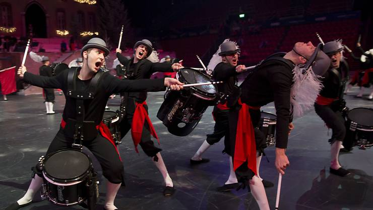 Das Top Secret Drum Corps aus Basel tritt vor der Queen auf.