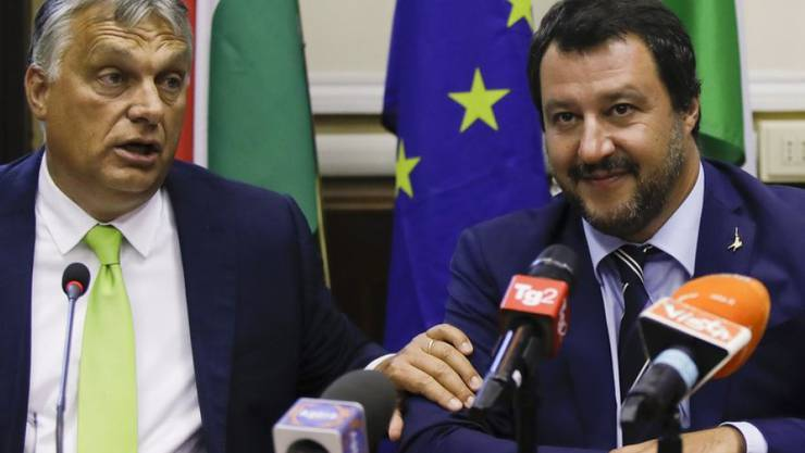 Matteo Salvini (r.) und Viktor Orban am Dienstag in Mailand vor den Medien.