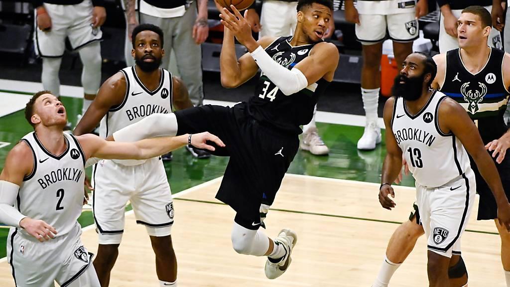 Milwaukees Starspieler Giannis Antetokounmpo (Mitte) zeigte in Spiel 6 gegen die Brooklyn Nets eine grandiose Leistung