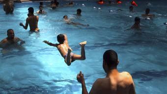 Den Uringehalt in öffentlichen Schwimmbädern haben kanadische Forscher unter die Lupe genommen. (Symbolbild)