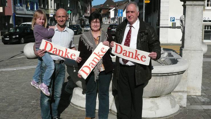 Renè Zihler, Ortsparteipräsidentin Christine Rütti, Georg  Rütti  ,vlnr  -strahlen um die Wette.