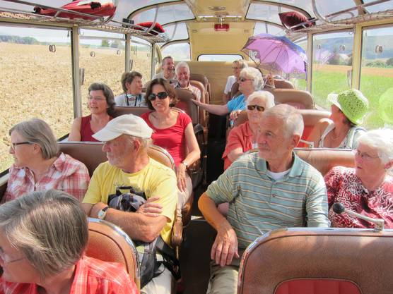 fröhliche Stimmung und viel Sonnenschein im Oldtimer-Panoramabus