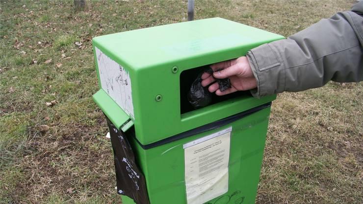So sollte es sein: Die Häufchen gehören in Säckchen in die grünen Robidog-Behälter. (Archivbild)