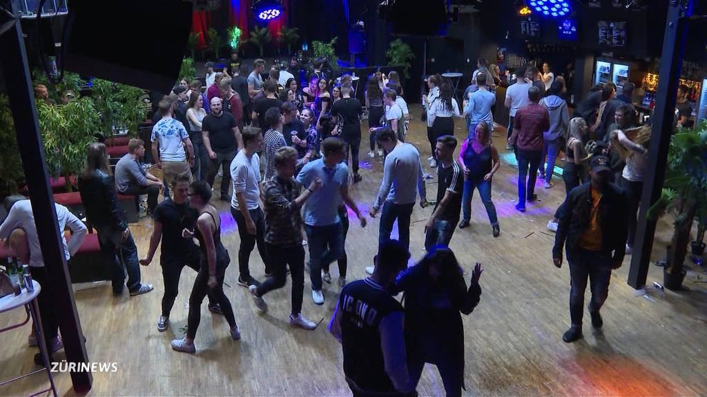 Menschenaufläufe in Clubs spalten die Fachmeinungen