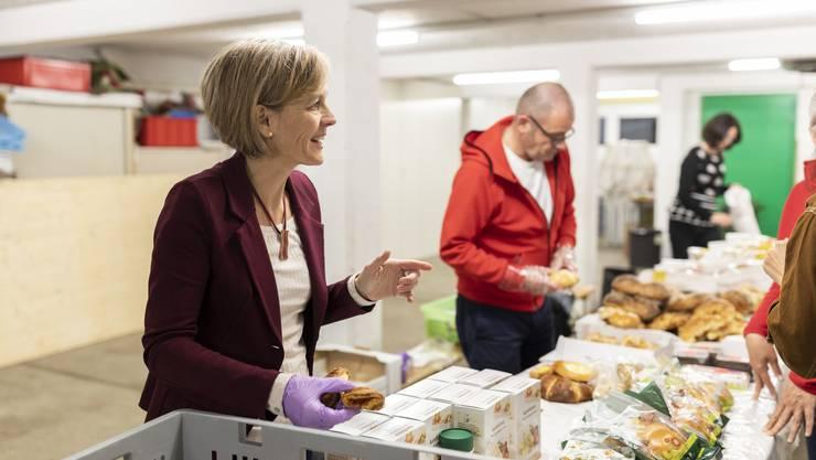 """Sonja Gehrig, Stephan Huber und Daniela Friedli vom Urdorfer Verein """"Aufgetischt statt weggeworfen"""" verteilen gespendete Lebensmittel an Armutsbetroffene im Dorf."""