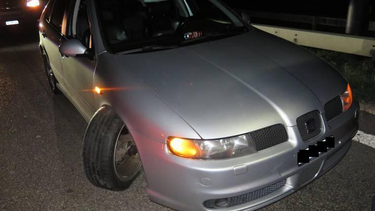 Bei der Kollision wurde das Fahrzeug massiv beschädigt und musste durch ein Abschleppunternehmen abtransportiert werden.
