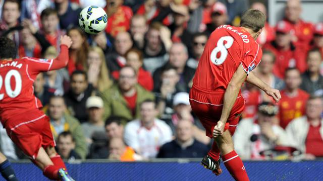 1:0 für Liverpool: Steven Gerrard zirkelt den Ball ins Netz