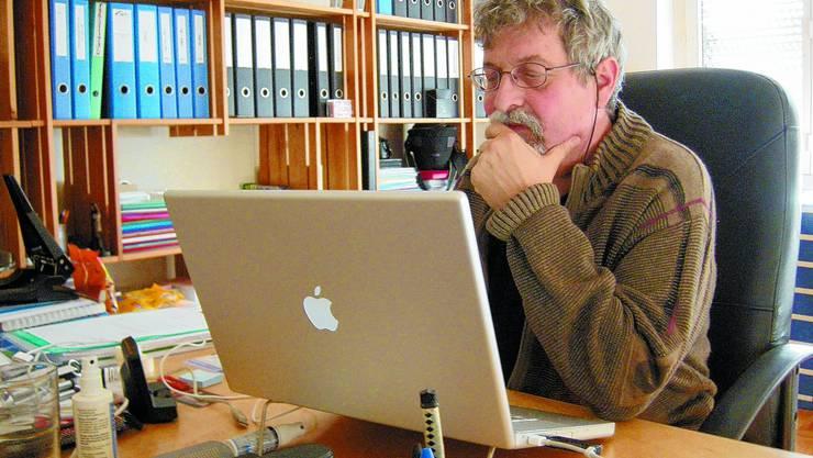 Im Büro: Paul-Georg Meister verfolgt im Internet die Reaktionen auf seine Ankündigung, grenchen.net aufzugeben. uby