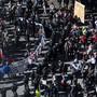 Demonstranten der Antifaschistischen Aktion und Corona-Skeptiker werden von der Polizei voneinander abgeschirmt, am Sonntag in Konstanz.