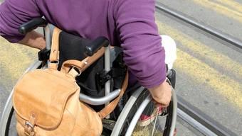 Für Rollstuhlfahrer gibt es viele Hindernisse zu überwinden – im Alltag wie im Arbeitsleben. (Symbolbild)