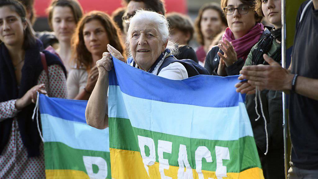Rund 250 Menschen haben am Dienstagabend in Bern an einer Spontankundgebung gegen die geplante Lockerung der Waffenexportverordnung demonstriert. (KEYSTONE/Anthony Anex)