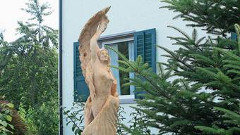 Die formschöne Holzskulptur ist schon manchen Passanten aufgefallen.