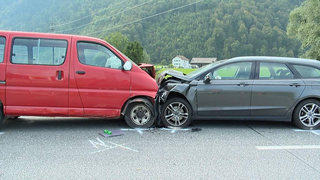 Näfels (GL): Verkehrsunfall mit drei Fahrzeugen