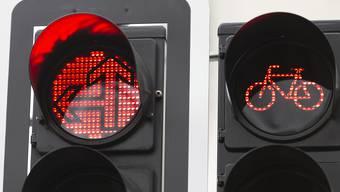 Dass Rotlichter für Velofahrer auch gelten, nehmen sich nicht alle zu Herzen.