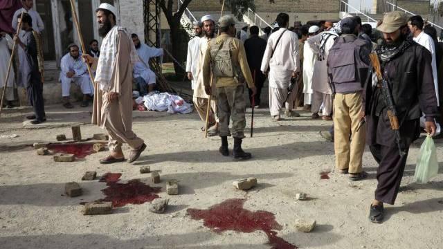 Sicherheitsbeamte inspizieren den Tatort vor der Moschee