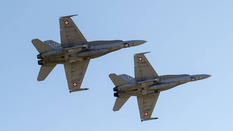 Zwei F/A-18 der Schweizer Luftwaffe 2018 beim Fliegerschiessen auf der Axalp.