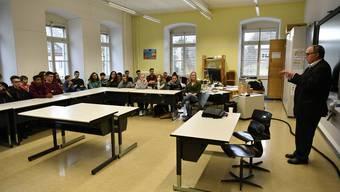 Samuel Schmid in Grenchner Schulklasse zu Besuch