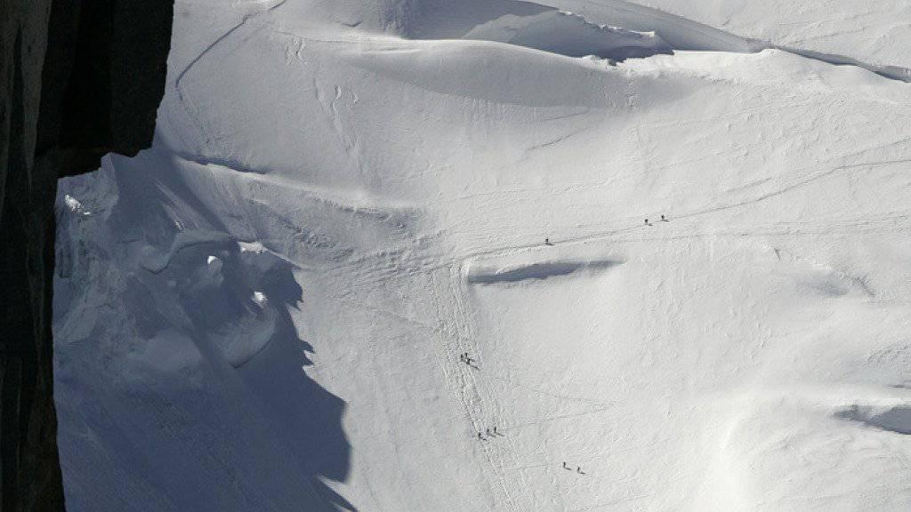 Alpinisten im Aufstieg zum Col Maudit im Montblanc-Massiv. Durch einen Eisbruch wurden am Dienstag am Mont Maudit drei Alpinisten in die Tiefe gerissen. (Archiv)