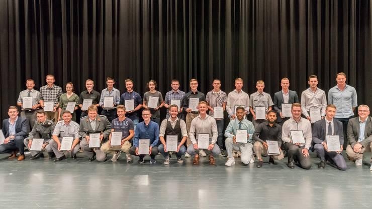 Gruppenbild aller Absolventen mit einer Gesamtnote von 5,0 und höher – und Olympiasieger Dario Cologna und André Hofmann